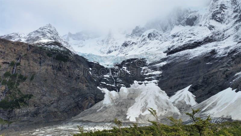 picos e geleira Neve-tampados do granito no parque nacional de Torres del Paine, Patagonia o Chile fotografia de stock