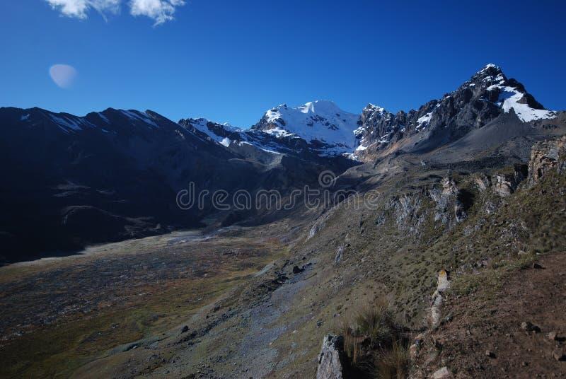 Download Picos E Montanhas Da Neve Em Peru Foto de Stock - Imagem de céu, paisagem: 12801430