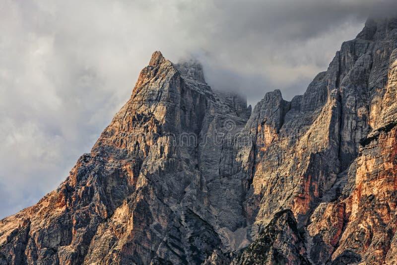Picos e nuvens em montanhas das dolomites imagem de stock royalty free