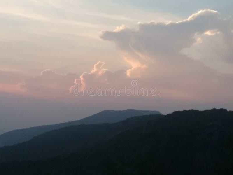 Picos e vales de montanha imagens de stock royalty free