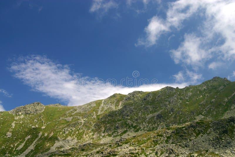 Picos en el cielo imagen de archivo
