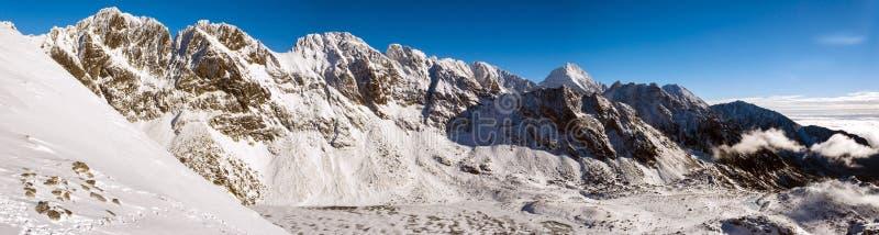 Picos en las altas montañas de Tatra en invierno fotos de archivo