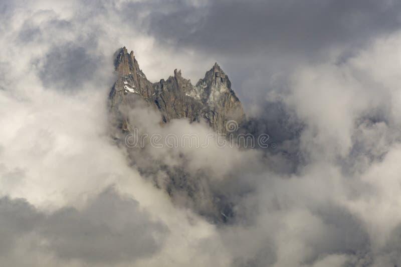 Picos entre las nubes Macizo de Mont Blanc montan@as foto de archivo