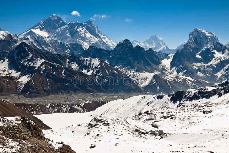 Picos famosos Everest, Lhotse, Nyptse no dia ensolarado. Himalayas foto de stock royalty free
