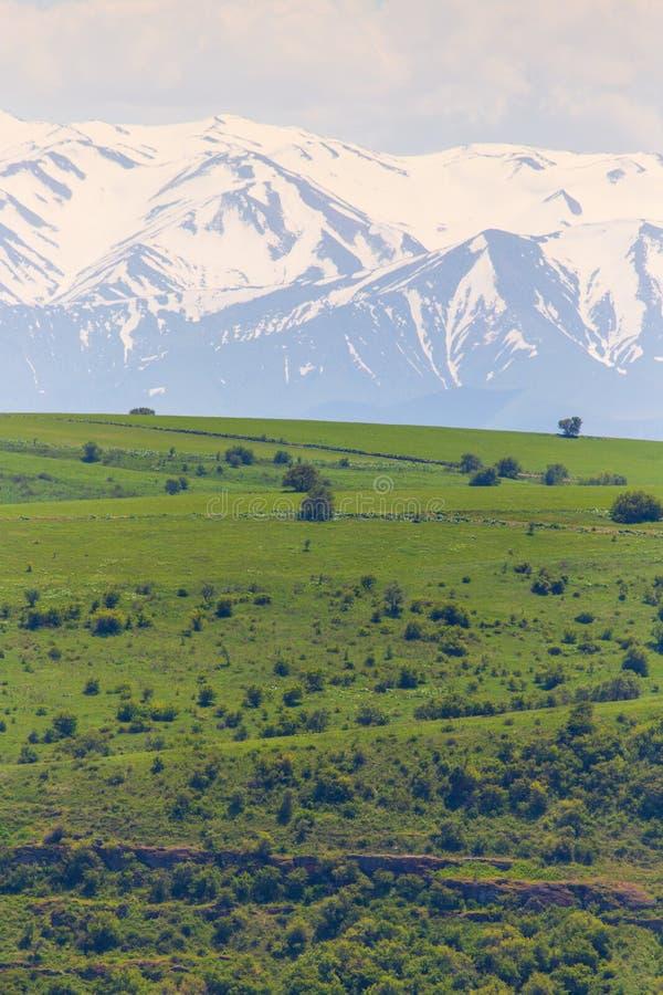 Picos nevados das montanhas na mola em Cazaquist?o imagem de stock