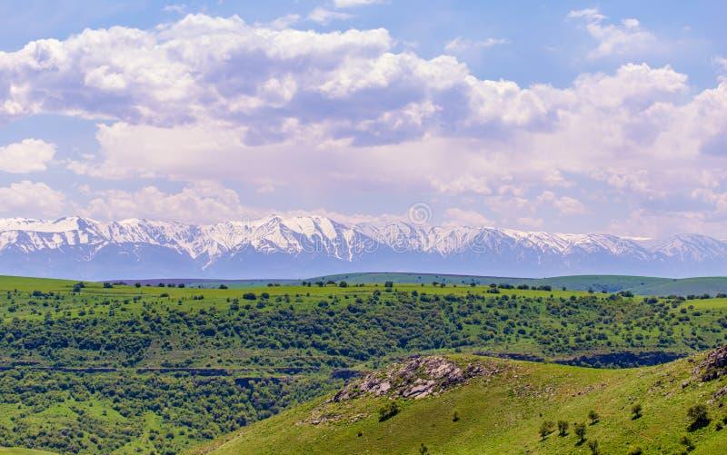 Picos nevados das montanhas na mola em Cazaquist?o imagens de stock royalty free