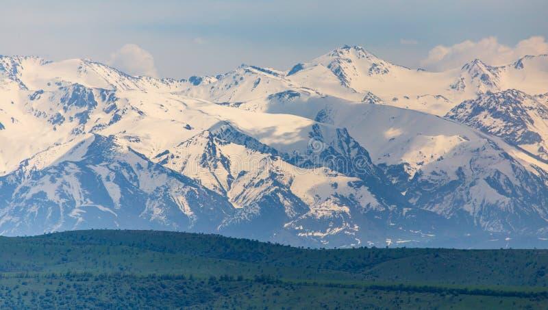 Picos nevados das montanhas na mola em Cazaquist?o foto de stock royalty free