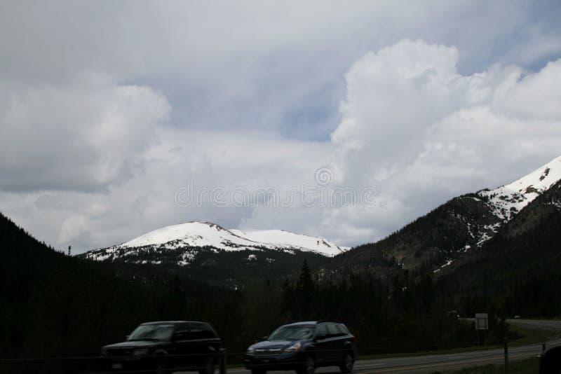 Picos nevados de las monta?as de Colorado Rocky en la primavera en mayo imagen de archivo