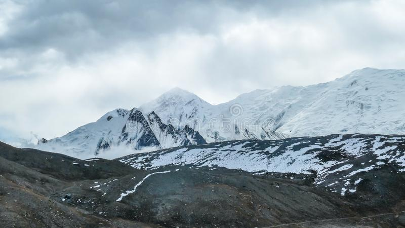Picos nevados de Nepal - Himalayas imagem de stock
