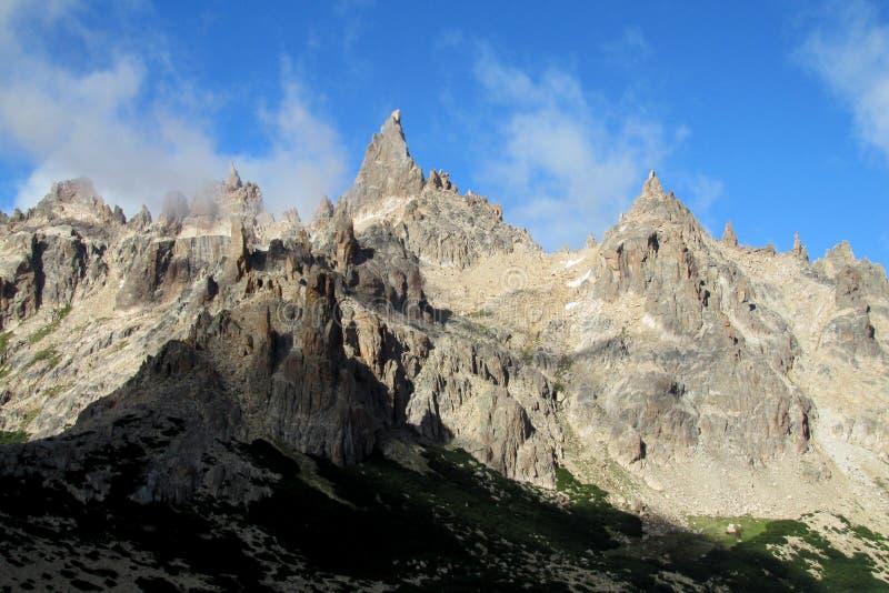 Picos rocosos de la gama de Cerro Catedral, la Argentina fotos de archivo