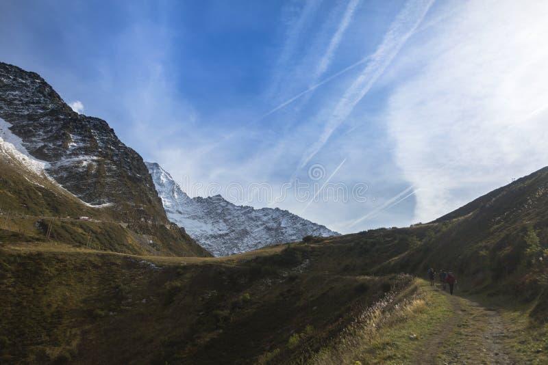 Picos rocosos de las montañas francesas en la manera a Mont Blanc imagen de archivo libre de regalías