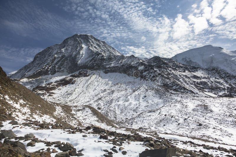 Picos rocosos de las montañas francesas en la salida del sol con vistas a couloir magnífico fotografía de archivo