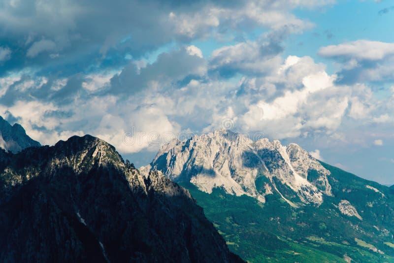 Picos rocosos en montaña de la altura fotos de archivo
