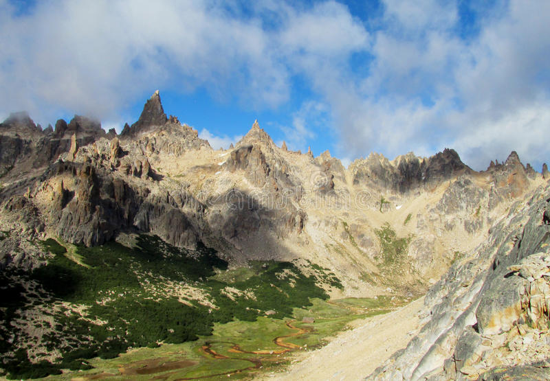 Picos roky de la gama de Cerro Catedral, la Argentina imagen de archivo