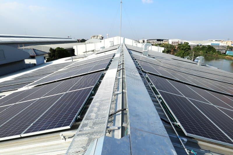 Picovolt solar no telhado industrial com facilidades fotografia de stock