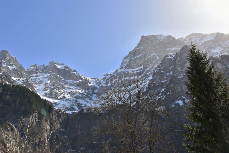 Pics des Alpes à proximité du lac Klöntalersee photo libre de droits