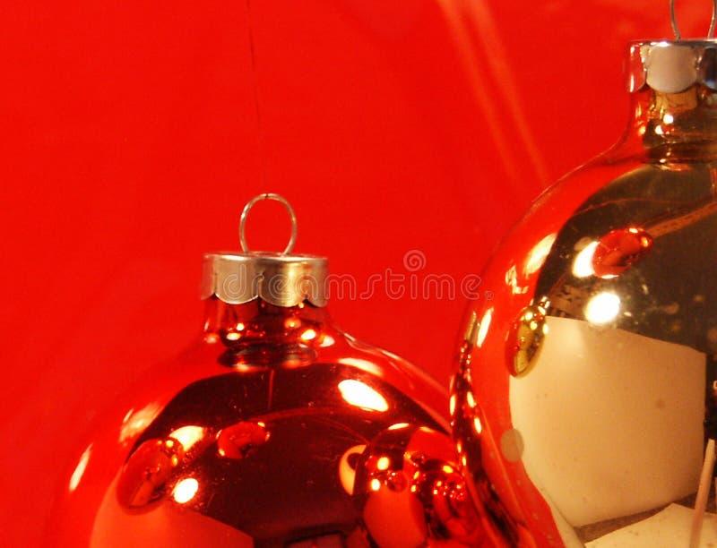 Pict 5386 rojo y ornamentos de la Navidad del oro en fondo rojo fotografía de archivo libre de regalías