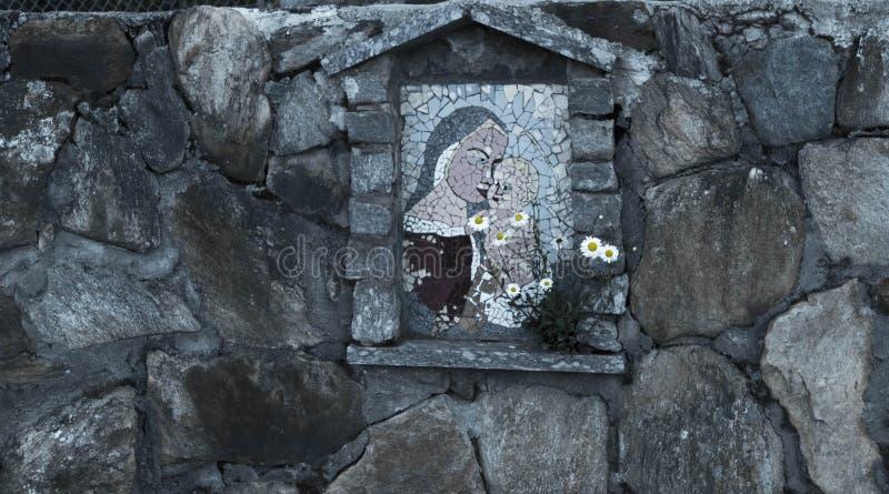 Pictogram van Maagdelijke die Mary en het kind van steen op de omheining van het huis wordt gemaakt royalty-vrije stock foto's