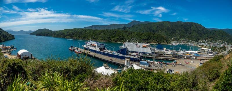 Picton färjer segla raksträckan royaltyfri foto