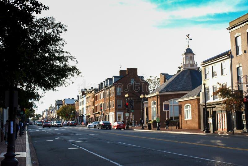 Pictoresque街在日落前的乔治城在秋天 免版税库存图片