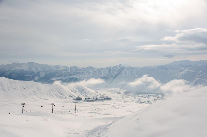 Pictoresque hoogste mening van kabelwagen, plattelandshuisjes en hoogtebergen in Georgië, Gudauri royalty-vrije stock afbeelding