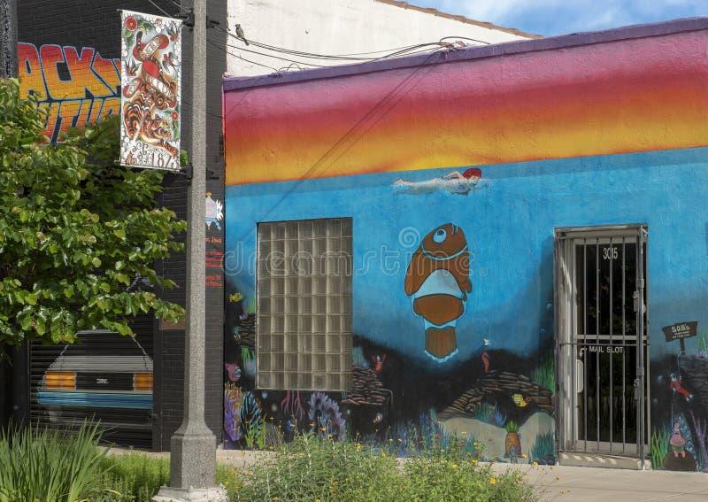 Pictured ist das rechte von drei humorvollen Wandkunstwandgemälden in tiefem Ellum, durch Preston Pannek stockfotos