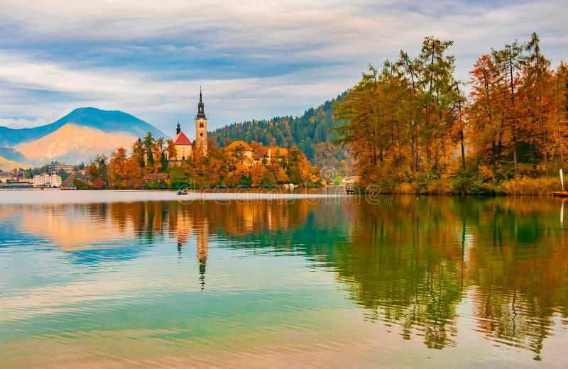 Picturesco paisaje otoñal del lago Bled, Eslovenia fotografía de archivo