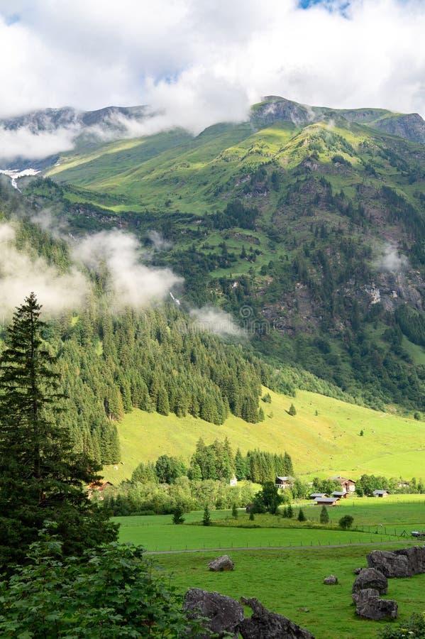Picturesque alpine valley e villaggi e montagne nella nebbia, Austria immagine stock libera da diritti