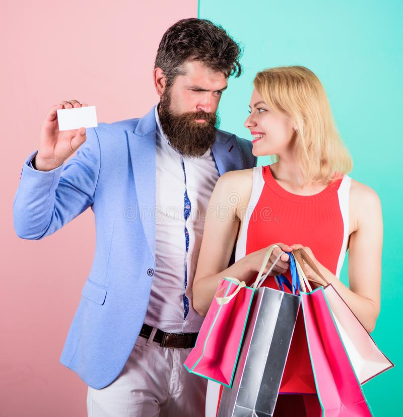 Pida que el hombre compre porciones presenta para la novia Pagar la datación del rato Pares con los bolsos de lujo en centro come fotografía de archivo libre de regalías