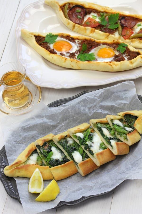 Pide, pizza turca tradicional imagens de stock royalty free