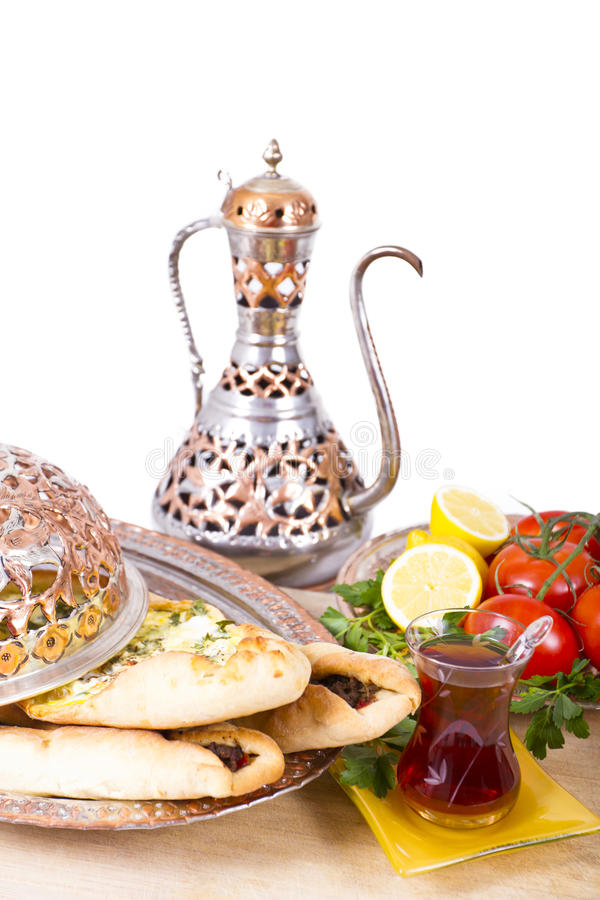 Pide turco con tè caldo immagine stock libera da diritti