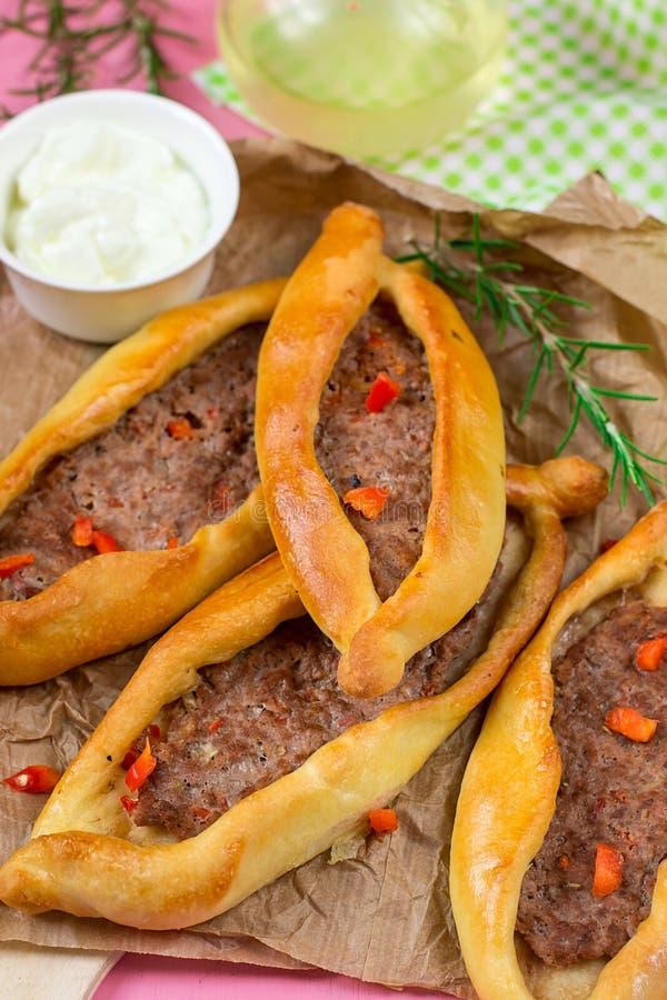 Pide turco do flatbread da pizza com carne à terra fotos de stock