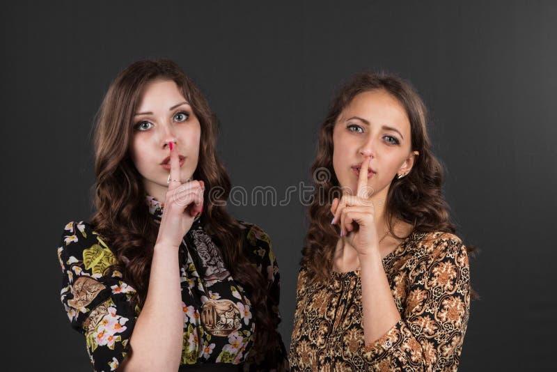 Piden dos novias ser silenciosas, no dicen cualquier persona imagen de archivo