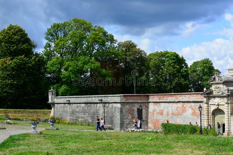 PIDHIRTSI,乌克兰- 2017年8月24日,游人从在17 cen中被修建的历史建筑学纪念碑走出去 免版税库存照片