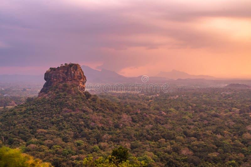 Pidurangala Forest Monastery antigo, Sigiriya, Sri Lanka - vista da rocha do sigirya no por do sol imagens de stock royalty free