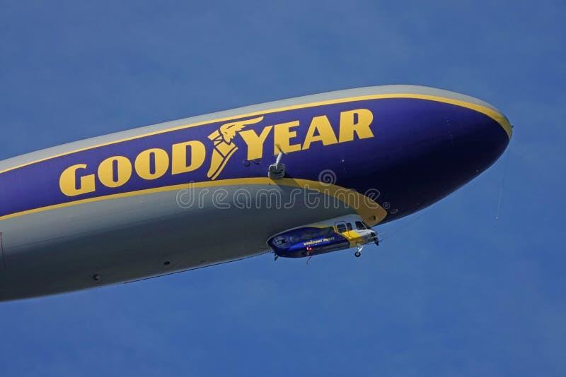 Pie de aleta de buen año tres volando hacia arriba Detalle delantero cercano imagenes de archivo