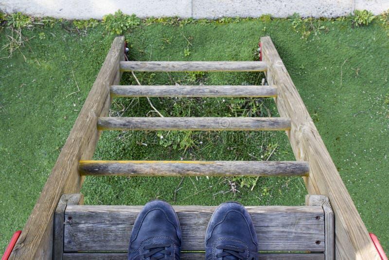 Pie del hombre en una escalera imagen de archivo