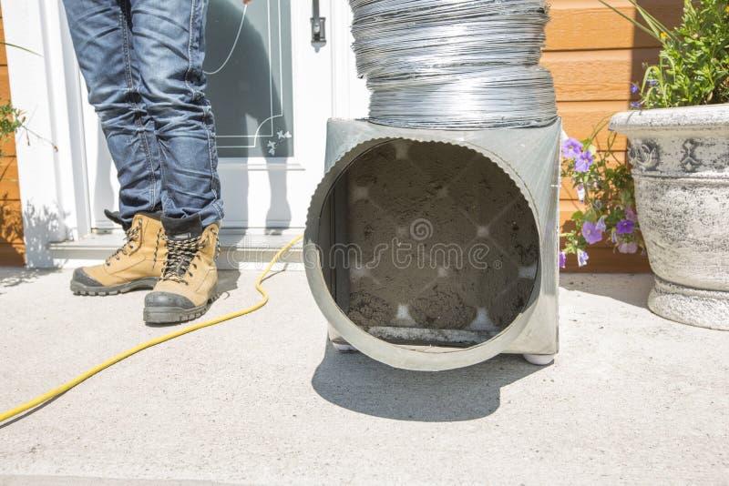 Pie del limpiador de la ventilación fuera de la puerta con la herramienta sucia foto de archivo
