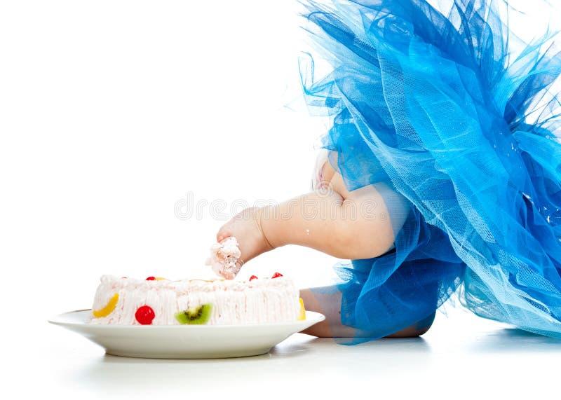 Pie divertido del bebé en torta fotos de archivo