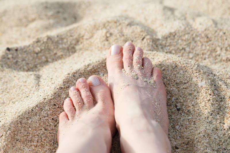 Pie en la arena de la playa foto de archivo libre de regalías