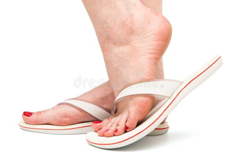 Pie en sandalia en el fondo blanco foto de archivo libre de regalías