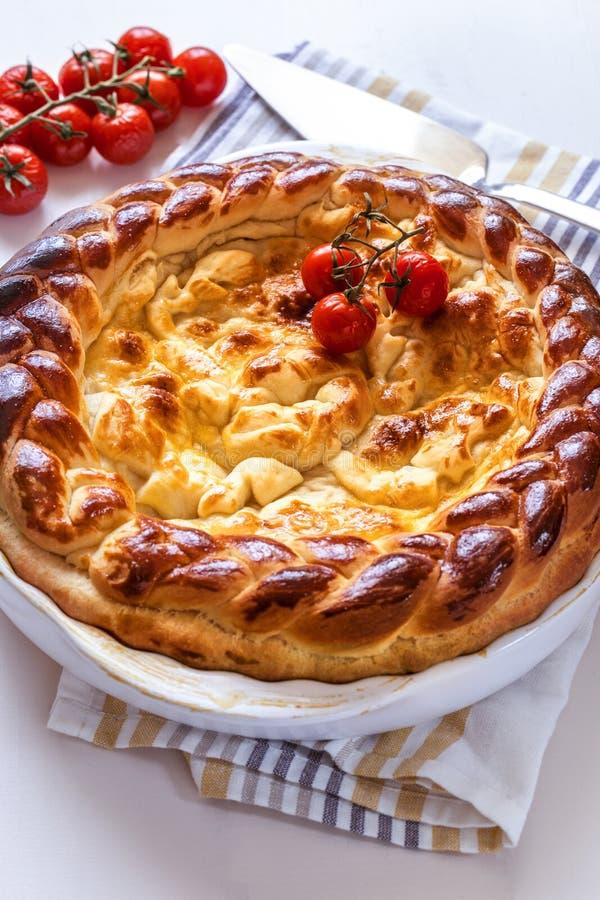 Pie met vlees en tomaten in een witte bakschaal royalty-vrije stock afbeelding