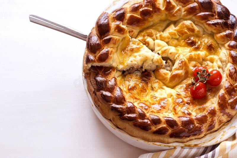 Pie met vlees en tomaten in een witte bakschaal royalty-vrije stock foto's
