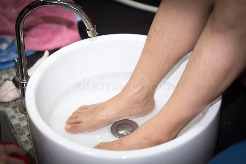 Pie que se lava en balneario antes del tratamiento fotografía de archivo libre de regalías
