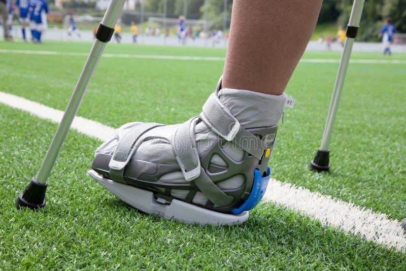 Pie quebrado, muletas - lesión de los deportes imágenes de archivo libres de regalías