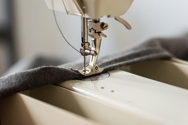 Pie y aguja de la máquina de coser imagenes de archivo