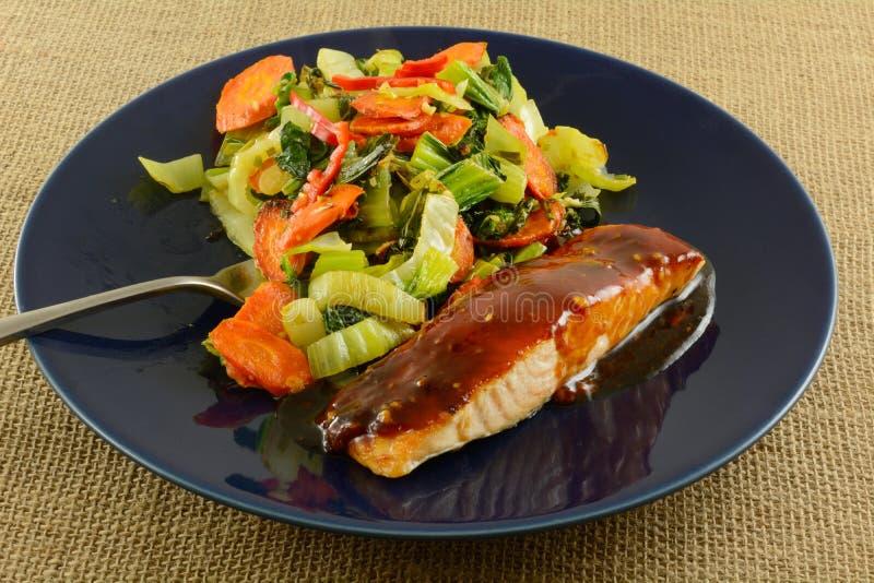 Piec łososiowy rybi polędwicowy i warzywa zdjęcie stock