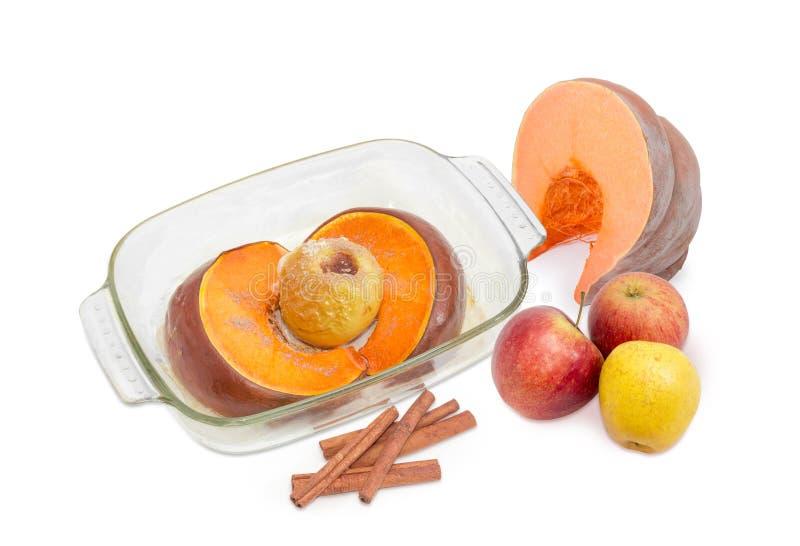 Piec bania z jabłkiem, świeża bania, jabłka i cynamon, obraz stock