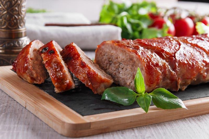 Piec bekon zawijający meatloaf z sałatką zdjęcie stock