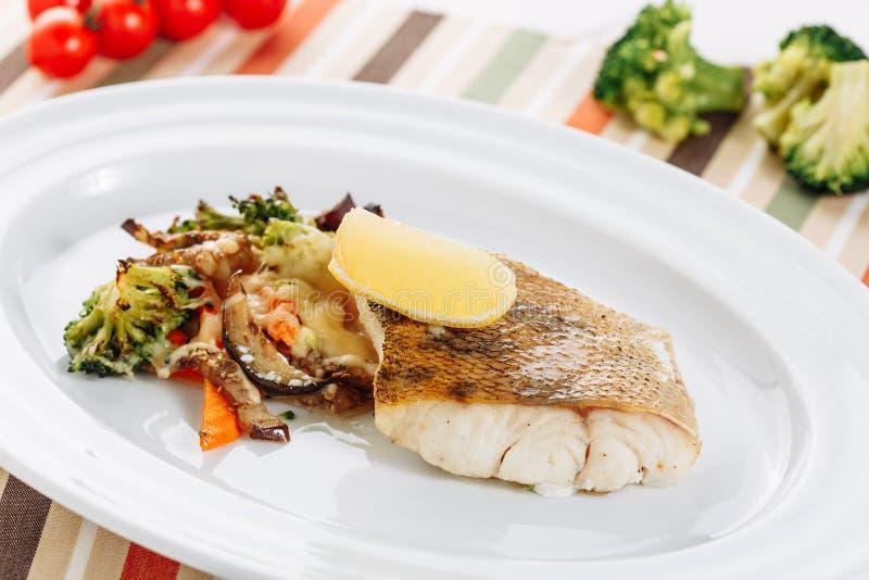 Piec Biały Rybi Polędwicowy grilla warzywa zbliżenie obraz royalty free